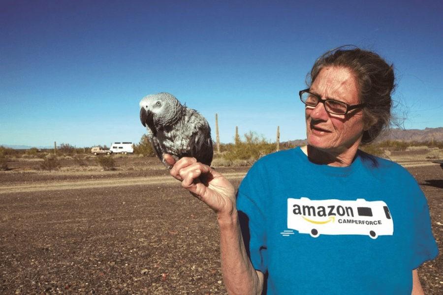 Пожилая сотрудница Amazon