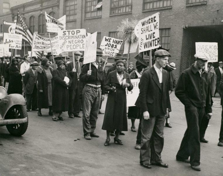 Марш безработных во время Великой депрессии. Надписи на плакатах: «Нам нужна работа, профсоюзы и зарплата», «Где нам жить этой зимой?»