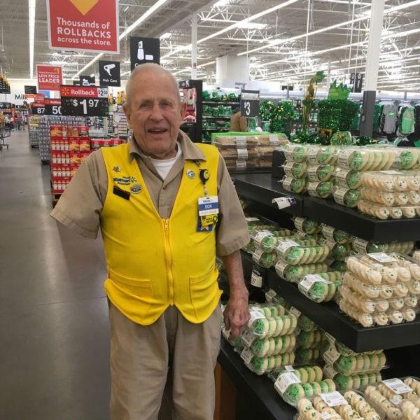 Однорукий сотрудник Walmart работает даже в свои 84 года
