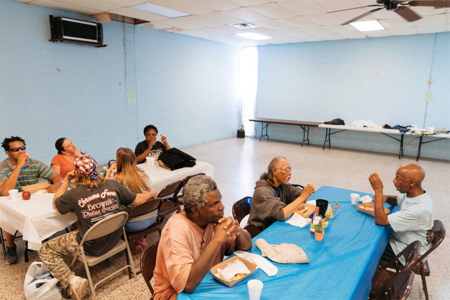 Типичная социальная столовая в США. Конкретно эта находится в штате Луизиана в небольшом городке Опелаус, где средняя зарплата $15 000 в год, а у 65% пенсионеров нет вообще никаких сбережений и рассчитывать они могут только на минимальную пенсию